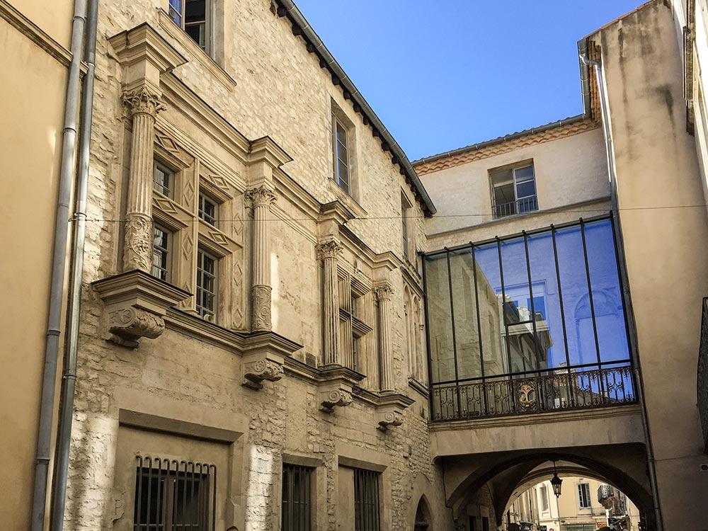 Herrenhäuser in Nîmes waren selbst in den Hinterhöfen reicht geschmückt