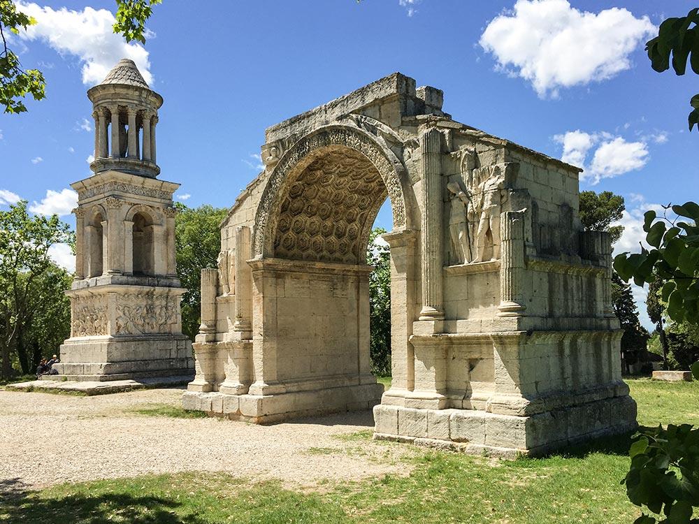 Das Tor in Glanum, links daneben das Mausoleum © Siegbert Mattheis