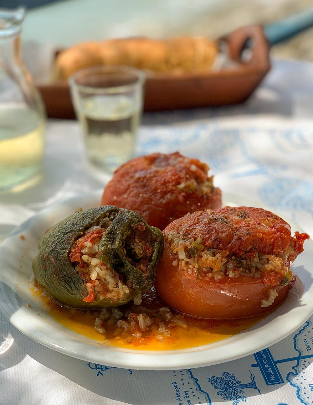 Jemistés, mit Reis gefüllte Tomaten und Paprika
