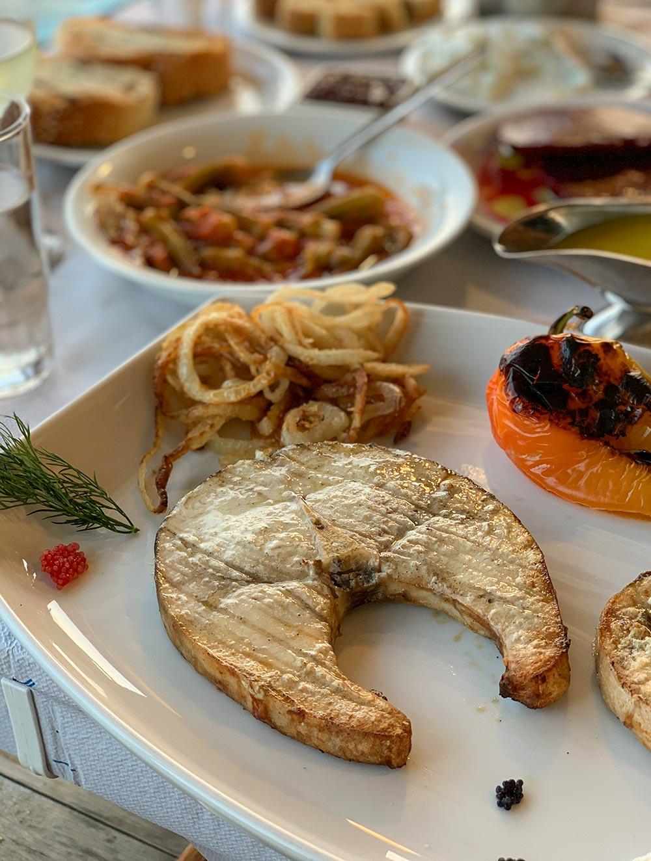 Schwertfisch mit Zwiebeln und geratenem Paprika