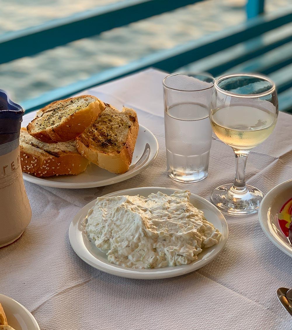 Tirokafteri, Käseaufstrich, geröstetes Brot und Weißwein