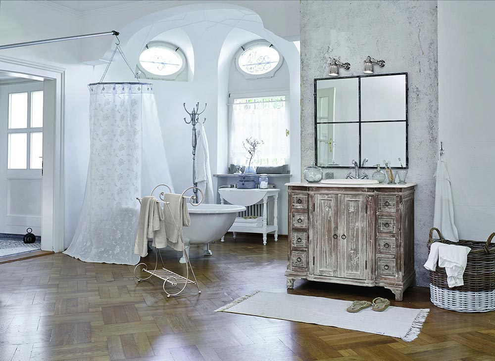 Eine freistehende Badewanne im großen Raum mit Duschvorhang