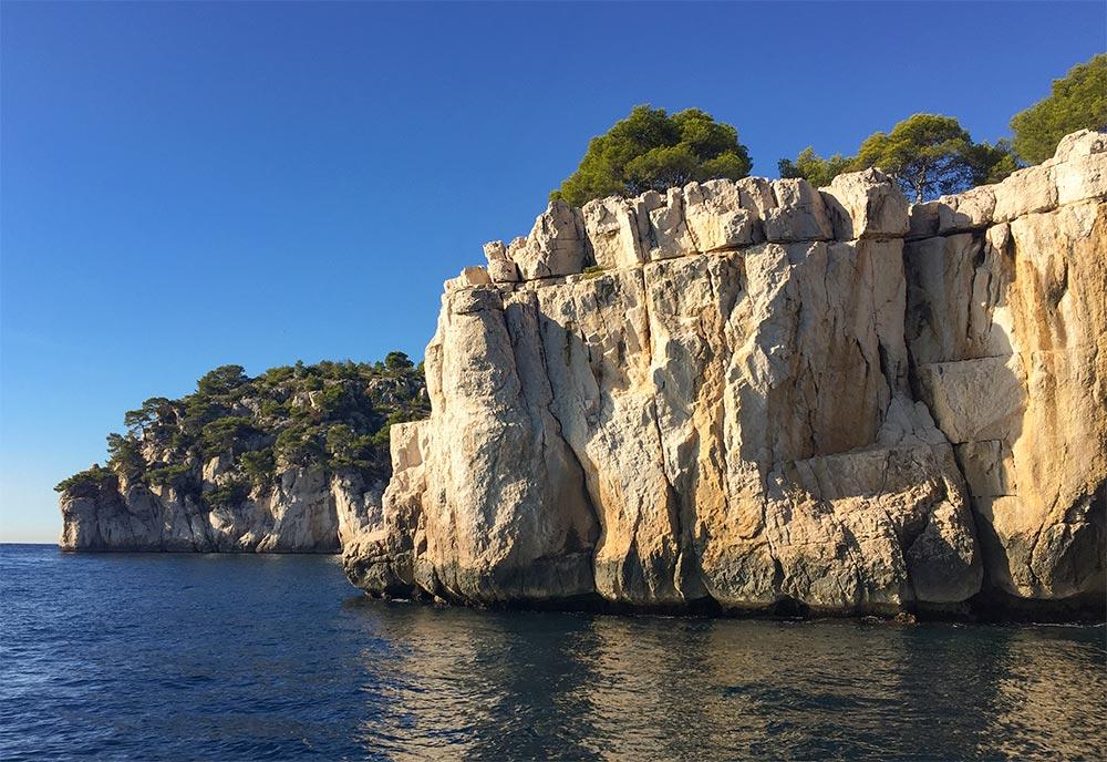 Cremefarbene Steinbrüche bei Cassis am Meer