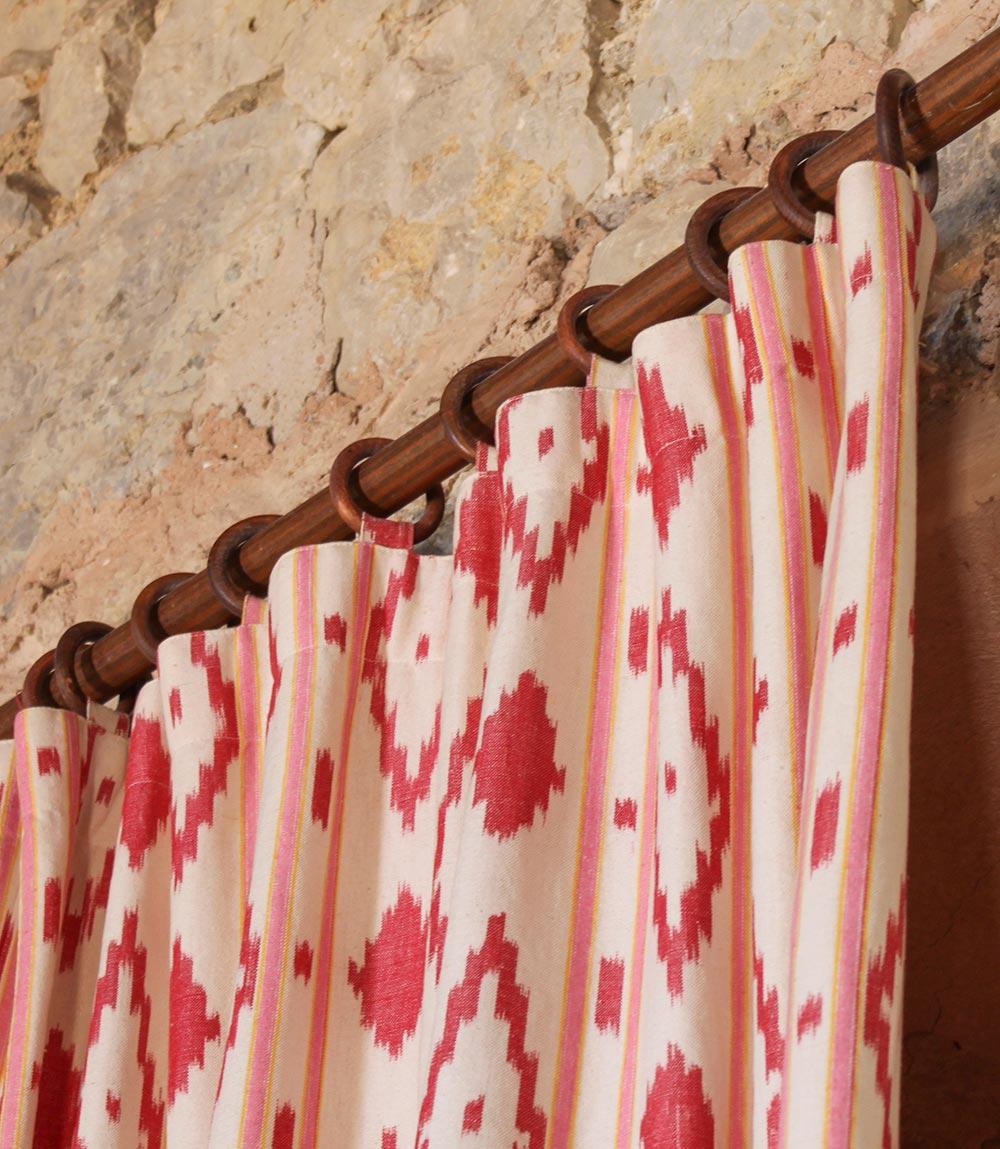 Rot-weiß gemusterter Ikat-Stoff als Vorhang