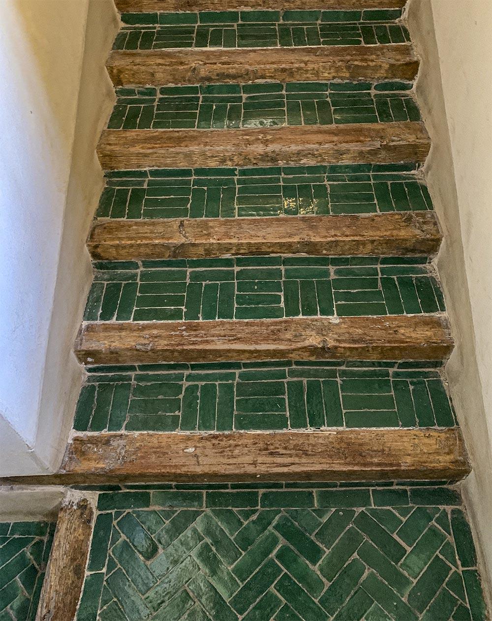 Treppe mit grünen Fliesen und Holzabschluss