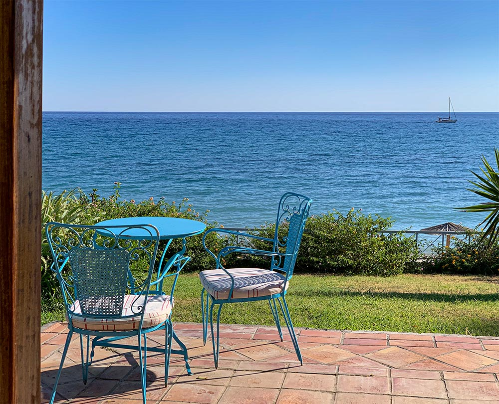 Schmiedeeiserne Terrassenmöbel am Meer