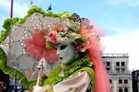 Maskierte Frau im Karneval am Mittelmeer