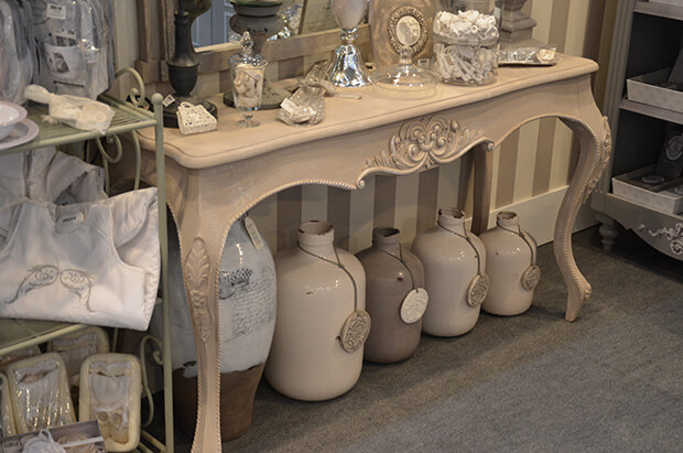 Landhausmöbel, vasen in den Trendfarben weiß und grau
