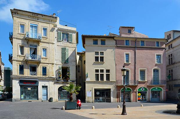 Frankreich wie aus dem Bilderbuch: der Place aux Herbes in Nimes an einem Sonntag morgen © Siegbert Mattheis